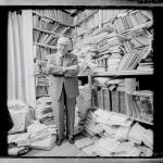 Georges Dumezil au milieu de ses archives...papiers